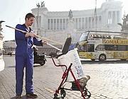 Di Maio autonominatosi spazzino, al lavoro in piazza Venezia (Jpeg)