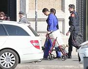 Lo spazzino portato in caserma dai carabinieri per controlli (Jpeg)