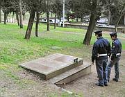 La botola che apre la cabina elettrica dove viveva il romeno e dove è avvenuto lo stupro (Proto)