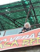 Un'anziana sul tetto di un ex albergo a Roma, occupato da Action (Omniroma)
