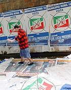 Manifesti elettorali attaccati a strati: nel tempo finiscono a terra sui marciapiedi