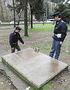 La botola che porta alla cabina elettrica a Villa Borghese dove una turista Usa il 14 febbraio è stata violentata (Proto)