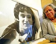 La madre di Valerio Verbano con una foto del figlio (foto Jpeg)