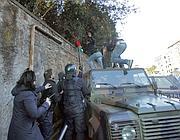 Manifestanti scavalcano il muro che circonda l'ambasciata (Eidon)