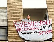 Una protesta degli inquilini contro la vendita di un palazzo a Roma