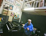 Il musicista non vedente Rocco De Vitto nel suo studio in via Margutta (foto Jpeg)