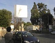 Un volontario delle ronde contro Cartellopoli presso un impianto pubblicitario