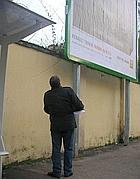 Un volontario delle ronde contro i manifesti abusivi
