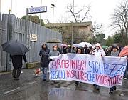 La protesta fuori dalla caserma (Simona Granati)