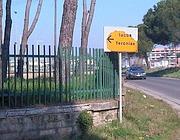 Il cartello rovinato che indica il sito archeologico (foto Brambilla)