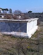 Un basamento marmoreo nel sito di Capena (Brambilla)