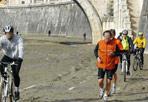 """Bici nel fango sul Tevere - Continua a restare trascurata la pista ciclabile lungo il Tevere. Dopo le denunce di dieci giorni fa all'Ostiense, domenica 6 marzo i ciclisti di BiciRoma hanno scattato questa foto. Scrive il lettore Fausto Bonafaccia  - presidente di BiciRoma - che «ciclisti e podisti  hanno percorso la banchina del Tevere tra fango e vetri lungo la ciclabile a Ponte Sisto; e hanno potuto ammirare un grande ammasso di detriti e legna sotto Ponte Elio a Castel Sant'Angelo. Le piogge dei giorni scorsi hanno reso melmoso il passaggio che da mesi è ridotto in questo modo. Ci vuole tanto a mandare l'Ama a pulire (ora che si è """"ammorbidito"""" il fango) con le idropompe?» (foto BiciRoma)"""