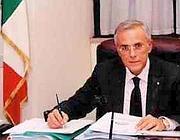 Francesco Amoruso nell' ufficio di presidenza della sua Commissione nel 2004 (dal sito del senatore)