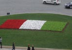 Giardini tricolori - Preparativi per i festeggiamenti del 17 marzo per i 150 anni dell'Unità d'Italia: un tricolore di fiori spunta nell'aiuola di Piazza Venezia (foto Mario Proto)
