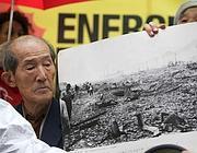 Tsuboi Susumu mostra le foto della bomba a Hiroshima (Eidon)