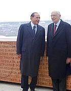 Berlusconi e Napolitano davanti al muro al Gianicolo con il testo della Costituzione italiana (Lapresse)