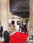 L'omaggio di Napolitano al Pantheon (Ansa)