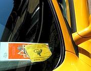 Il permesso per disabili esposto su una Ferrari in via del Babuino (Jpeg)