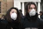 Studenti contro il nucleare - Volantinaggio di studenti con mascherine sul volto davanti al liceo Mamiani di Roma prima dell'inizio delle lezioni per dire «No al nucleare» (Foto Eidon)