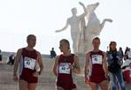 «La corsa che unisce» - La maratona «Vivicittà» si è svolta domenica sotto lo slogan «La corsa che unisce» per ribadire l'importanza dell'ambiente e dell'uso consapevole dell'acqua.  La gara si è svolta in 38 città italiane e ha visto la partecipazione di 100mila podisti. A Roma è stata organizzata dalla Uisp e dal Comune di Roma con un percorso che ha toccato il palazzo della Civiltà del Lavoro all'Eur. I più veloci e sono stati gli atleti africani che dal nord al sud hanno unito l'Italia. Nella classifica unica compensata ha vinto il marocchino ventiseienne Khalid Ghallab in corsa a Genova, con 36'42«, tra gli uomini. A seguire tre atleti africani che hanno corso a Firenze: Eric Sebahire (Ruanda), Daniel Ngeno (Kenia), Mehidi Khelifi (Marocco).  In campo femminile il podio più alto della classifica unica è andato a Hafida Izem, anche lei marocchina, che a Matera ha chiuso in 40,42. (Foto Eidon)