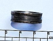 Un anello trovato su uno dei pezzi del cadavere (foto Proto)