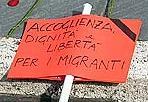 Rose per ricordarli - Le hanno messe su tutti i gradini della scalinata del Campidoglio. Rose a gambo lungo e cartelli segnati a lutto. 250. Perché 250 sono gli immigrati che hanno perso la vita nelle acque del Mediterraneo, morti annegati perché il loro barcone della speranza si è rovesciato. Così una delegazione dell'Arci li ha voluti ricordare a Roma (foto Carofei / AgfRoma)