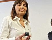 Renata Polverini mostra la telecamera trovata (Jpeg)