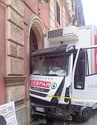 Il camion incastrato nel portone (Tedeschi)