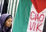 """Vik, pacifista e volontario - Presidio e conferenza stampa In piazza Montecitorio della Rete Romana in solidarietà con la Palestina per ricordare Vittorio Arrigoni ucciso nella notte e contro l'occupazione israeliana """"ciao Vik""""sulla bandiera palestinese (Foto Simona Granati)"""