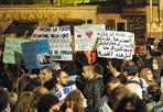 Fiaccole per Vic - Folla mercoledì sera a Roma per la fiaccolata in memoria di «Vic», il pacifista Vittorio Arrigoni ucciso in Palestina dopo essere stato sequestrato da estremisti salafiti. Davanti all'istituto di medicina legale della Capitale, dove la salma del giovane blogger e giornalista era stata trasportata dopo l'arrivo a Fiumicino,  oltre un centinaio di manifestanti hanno ripetuto: «Vittorio non ti dimenticheremo». All'ingresso dell'obitorio campeggiava una grande foto di Arrigoni vicino a una bandiera della Palestina (foto Jpeg)