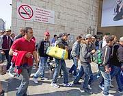 I profughi lasciano via Marsala, l'ingresso laterale della stazione Termini (Proto)