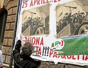 I manifesti affissi (Ansa)