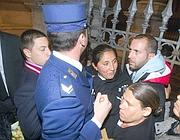 I gendarmi bloccano l'entrata ai rom (Proto)