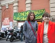 Franca Valeri e Sabina Guzzanti davanti al cinema occupato (foto Montesi)