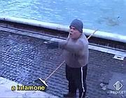 Un'immagine ratta dal video delle «Iene» con D'Artagnan che ruba le monetine (Ansa)