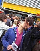 Il bacio omosex all'Ikea di Roma (foto Jpeg)