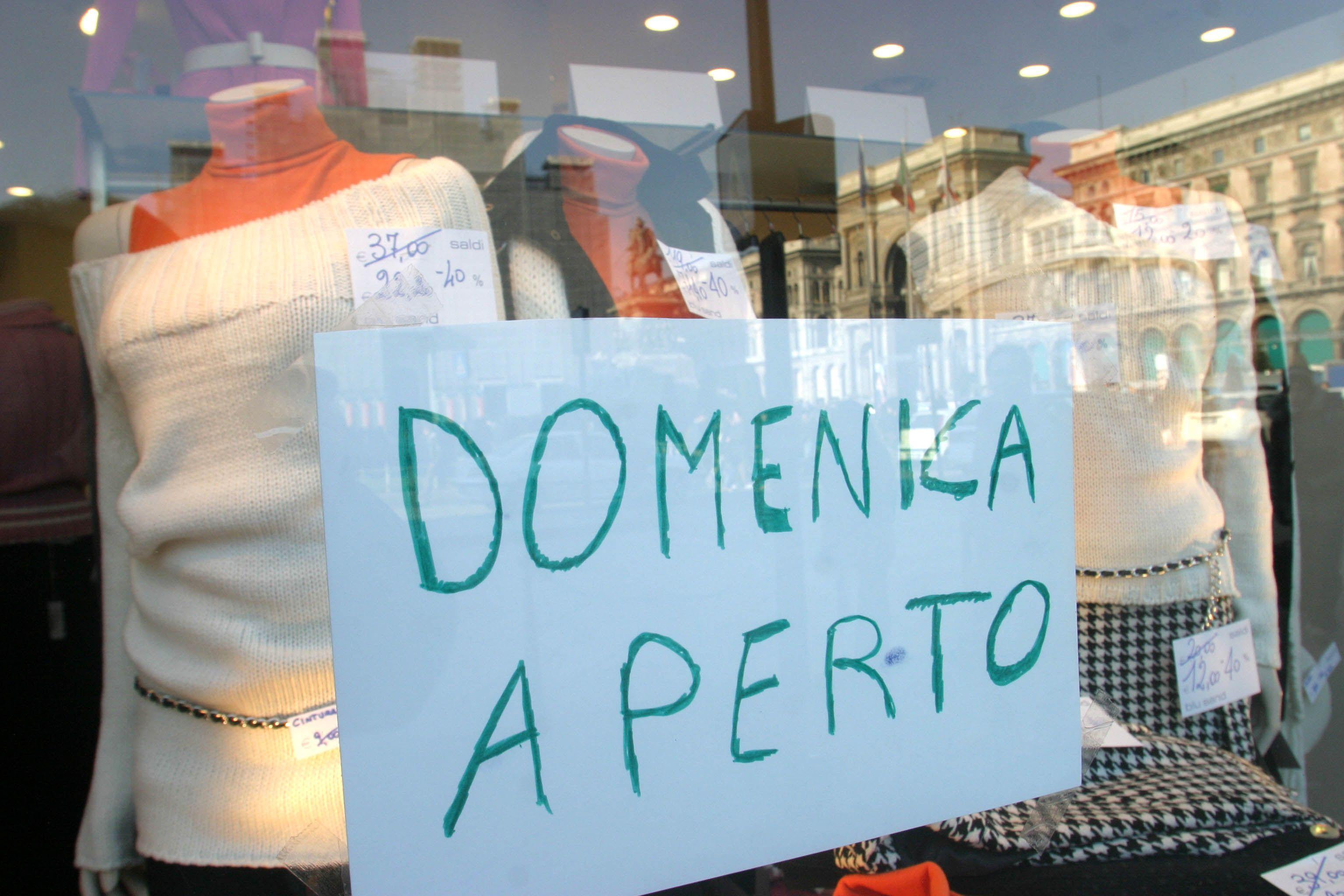 Un negozio di Roma annuncia: si lavora anche domenica 1° maggio (Jpeg)