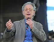 Gherardo Colombo sul palco parla del lavoro nella Costituzione