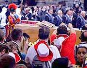 Fedeli in coda per salutare Giovanni Paolo II nella basilica (foto Eidon)