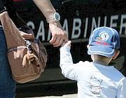 Un bambino accompagnato da un carabiniere