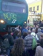Ladispoli, pendolari invadono i binari per protesta (Eidon)