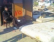 La scritta rossa «No» sulla baracca di una famiglia rom con figli a scuola