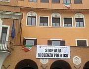 Uno striscione contro la violenza politica appeso al IV Municipio, quello di Montesacro (Omniroma)
