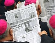 Cardinali leggono giornali che parlano dello scandalo pedofilia nella Chiesa