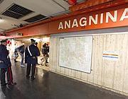 Controlli dei carabinieri sulla banchina della stazione Anagnina (Ansa)
