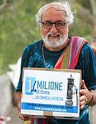 Padre Alex Zanotelli durante la raccolta di firme per il referendum sull' acqua (foto Eidon)