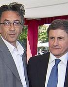 Il sindaco con l'autore della statua  Oliviero Rinaldi (Ansa)