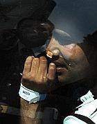 Un ambulante abusivo col bracciale viene portato via dai vigili (foto Jpegf)