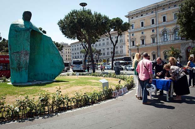 Firme contro la statua foto del giorno corriere roma for Gente settimanale sito
