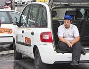 Un tassista al presidio (Ansa)